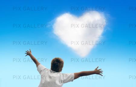Pojke med hjärtformat moln på himlen