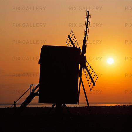 Väderkvarn i solnedgång på Öland