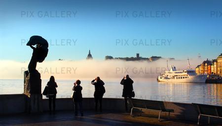 Människor i Stockholm tidigt på morgonen