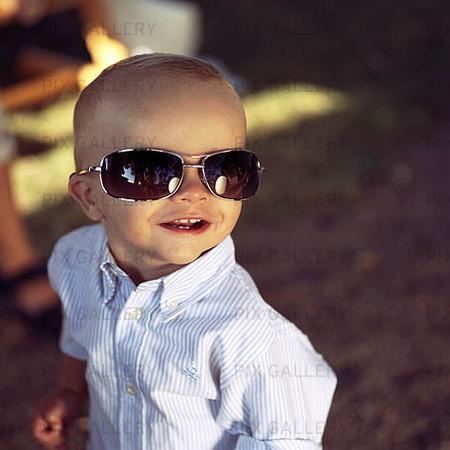 Pojke med solglasögon