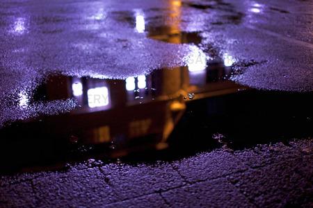 Spegling i vattenpöl