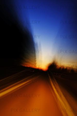 Landsväg i skymning