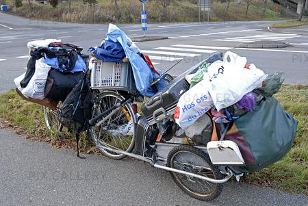 Överlastad cykel och cykelkärra