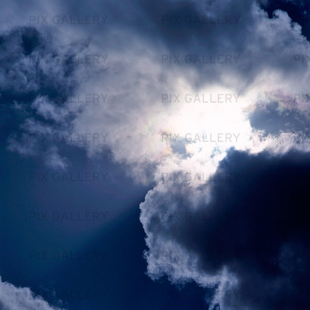 Mörka moln på himmel