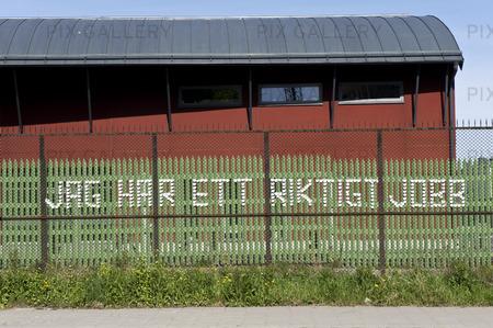 Muggraffiti på staket. Jag har ett jobb