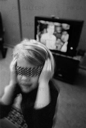 Flicka vid TV