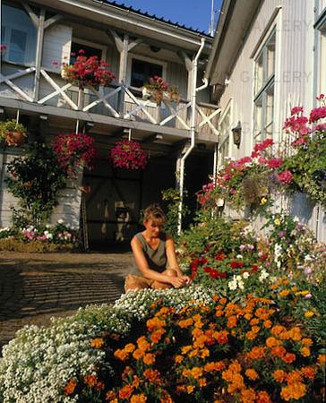 Kvinna i trädgård