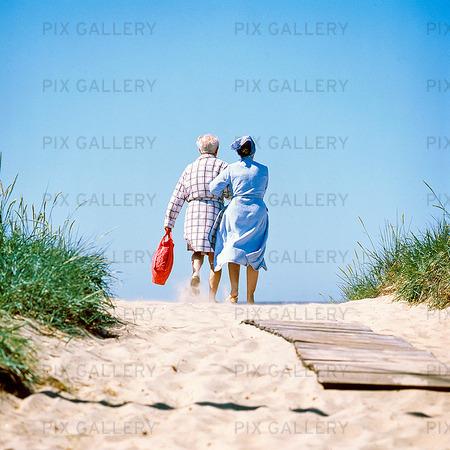 Äldre par på sandstrand
