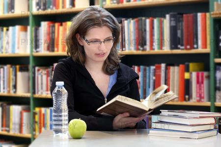Student läsa en bok