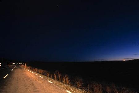 Strålkastarljus på landsväg