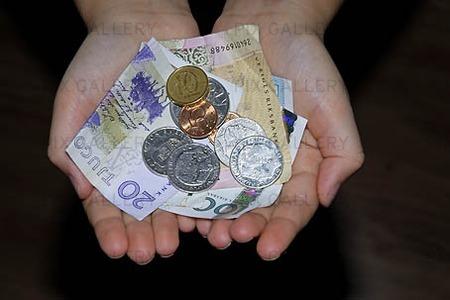 Barnhänder med pengar