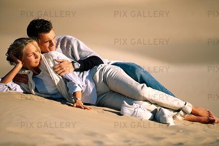 Par på sandstrand