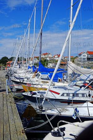 Fritidsbåtar vid brygga