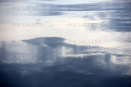 Spegling av moln i vatten