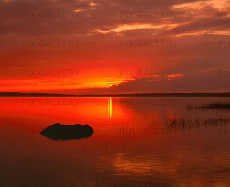 Insjö i solnedgång