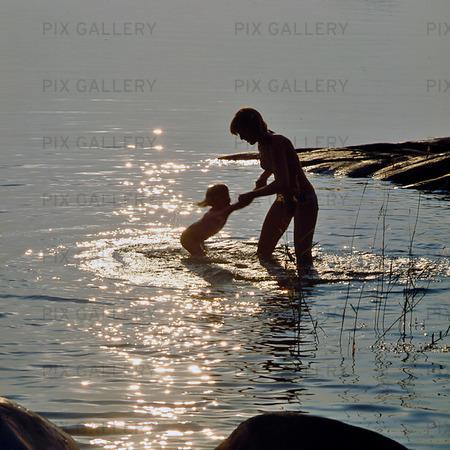 Mor och barn badar