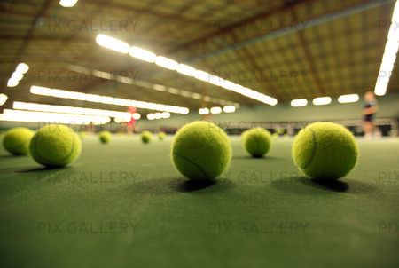 Tennisbollar på tennisbana