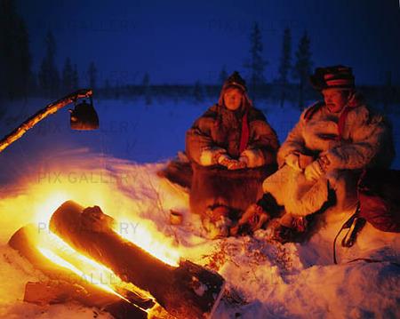 Samiskt par vid lägereld, Finland