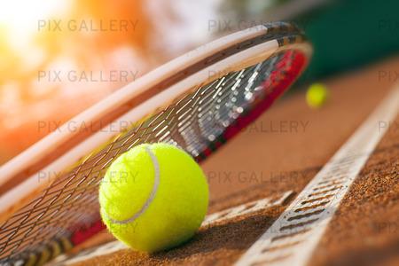 Tennisboll på en tennisbana