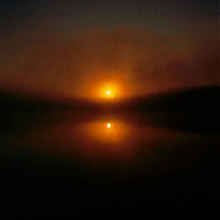 Solnedgång i insjö
