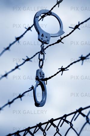 Handboja på taggtrådsstängsel