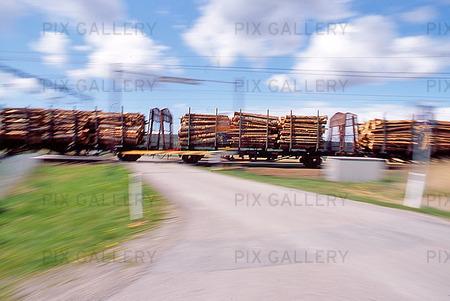 Tåg, lastat med timmer