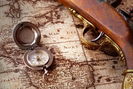Gammal kompass och en karta