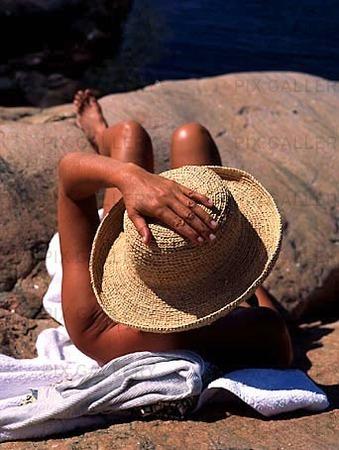 Kvinna på klippa