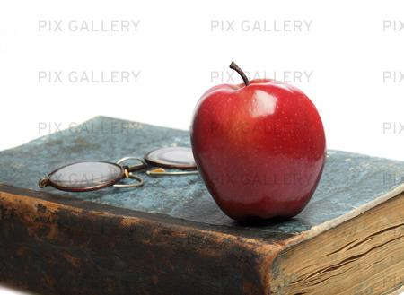 En gammal bok och ett rött äpple