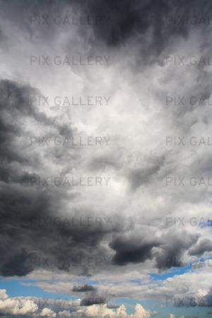 Mörka moln, regn och dåligt väder