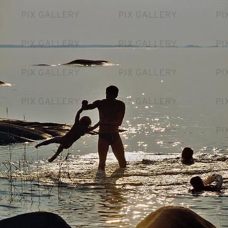 Pappa badar med barnen