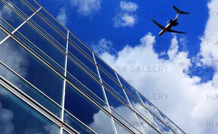 Flygplan över kontorsbyggnad