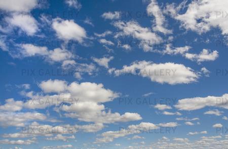 Blå himmel med moln