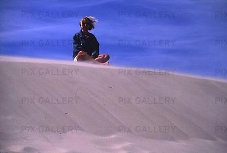 Kvinna på sanddyna