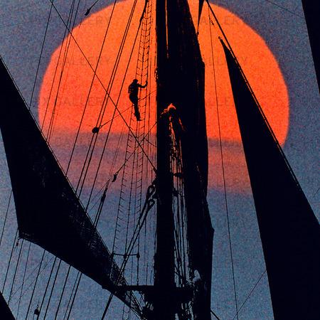 Rigg på segelfartyg i solnedgång