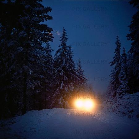 Strålkastarljus på vinterväg