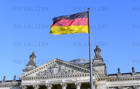 Tysklands flagga vid riksdagshuset i Berlin