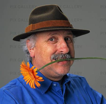 Man med blomma