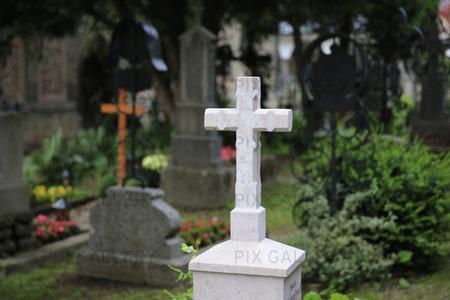 Kors på kyrkogård