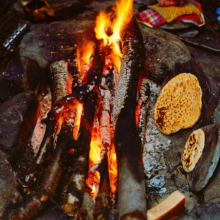 Baka tunnbröd på öppen eld, Lappland