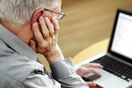 Man med laptop, fokusera på handen