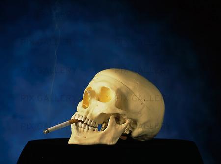 Kranium med cigarett