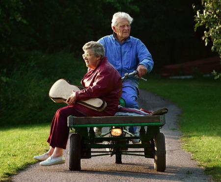 Äldre par på lastmoped