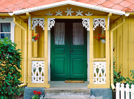 Veranda på gult hus