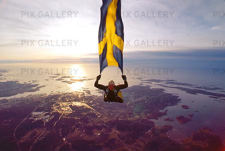 Frifall med svenska flaggan