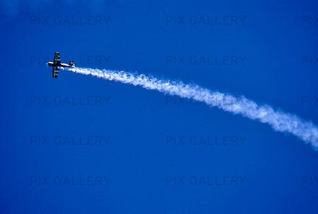 Flyguppvisning mot blå himmel