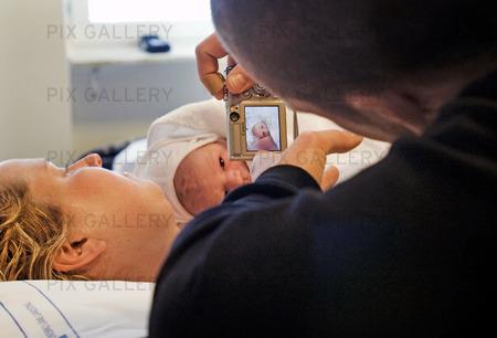 Familj med nyfött barn