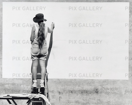 Kvinna som skapar på väggyta