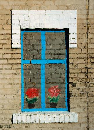 Målat fönster på husvägg