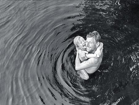 Man och barn som badar